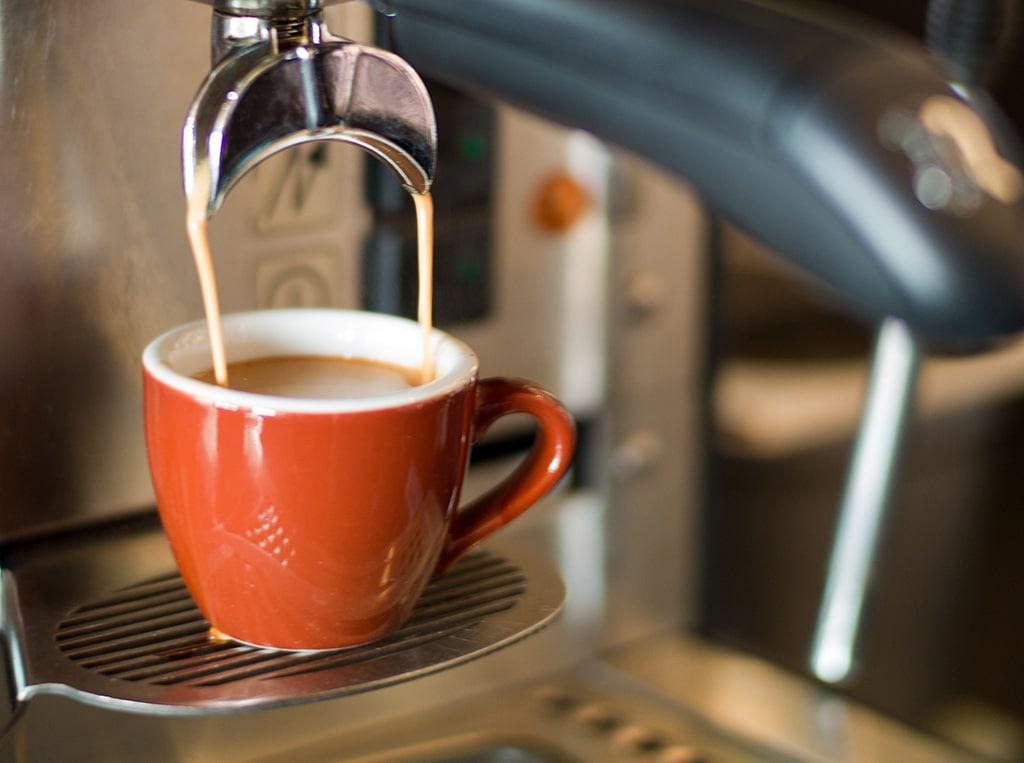 Kaffemaskinen brygger kaffe