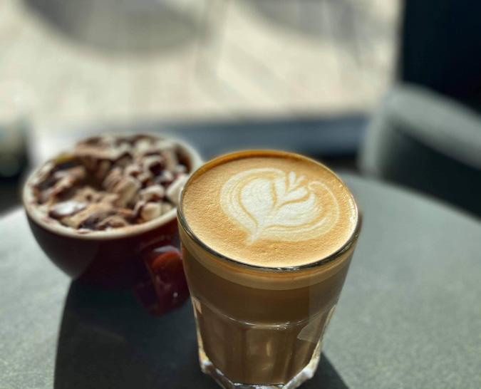 Kaffe i glas ved vandet